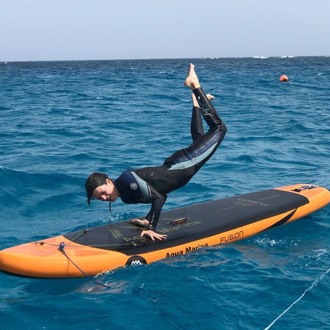Clara Lago practicando surf.