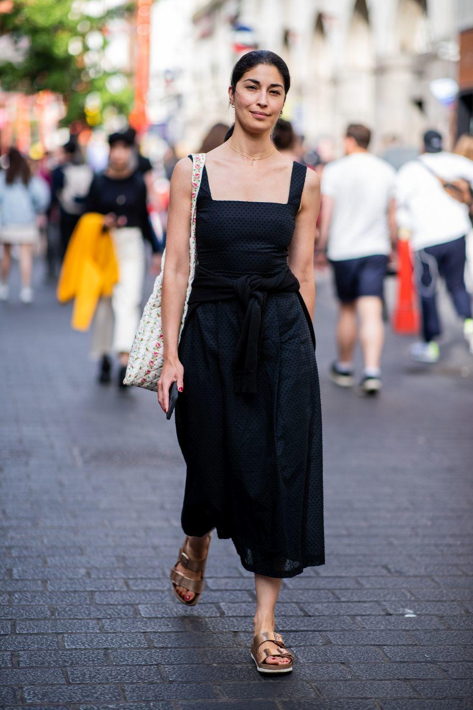 Caroline Issa con un vestido negro.