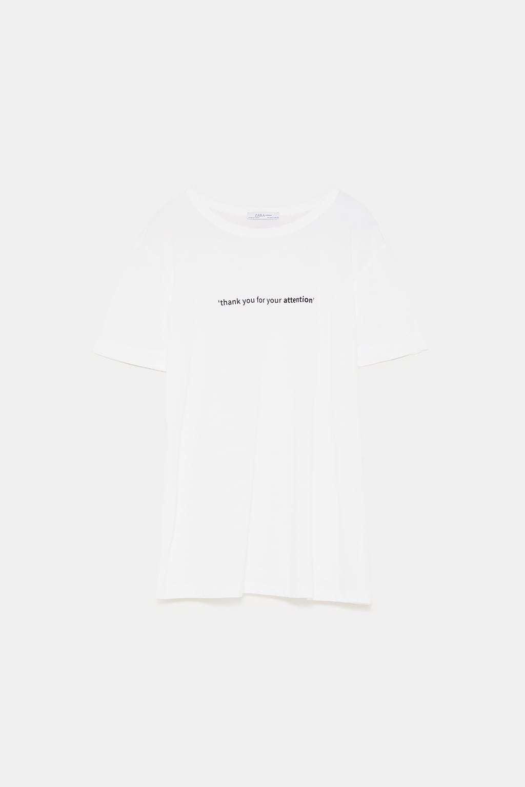 Camiseta blanca básica con texto, de Zara (9,99 euros).
