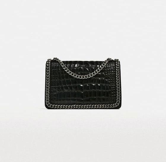 Bolso negro con cadena, de Zara (89,90 euros).