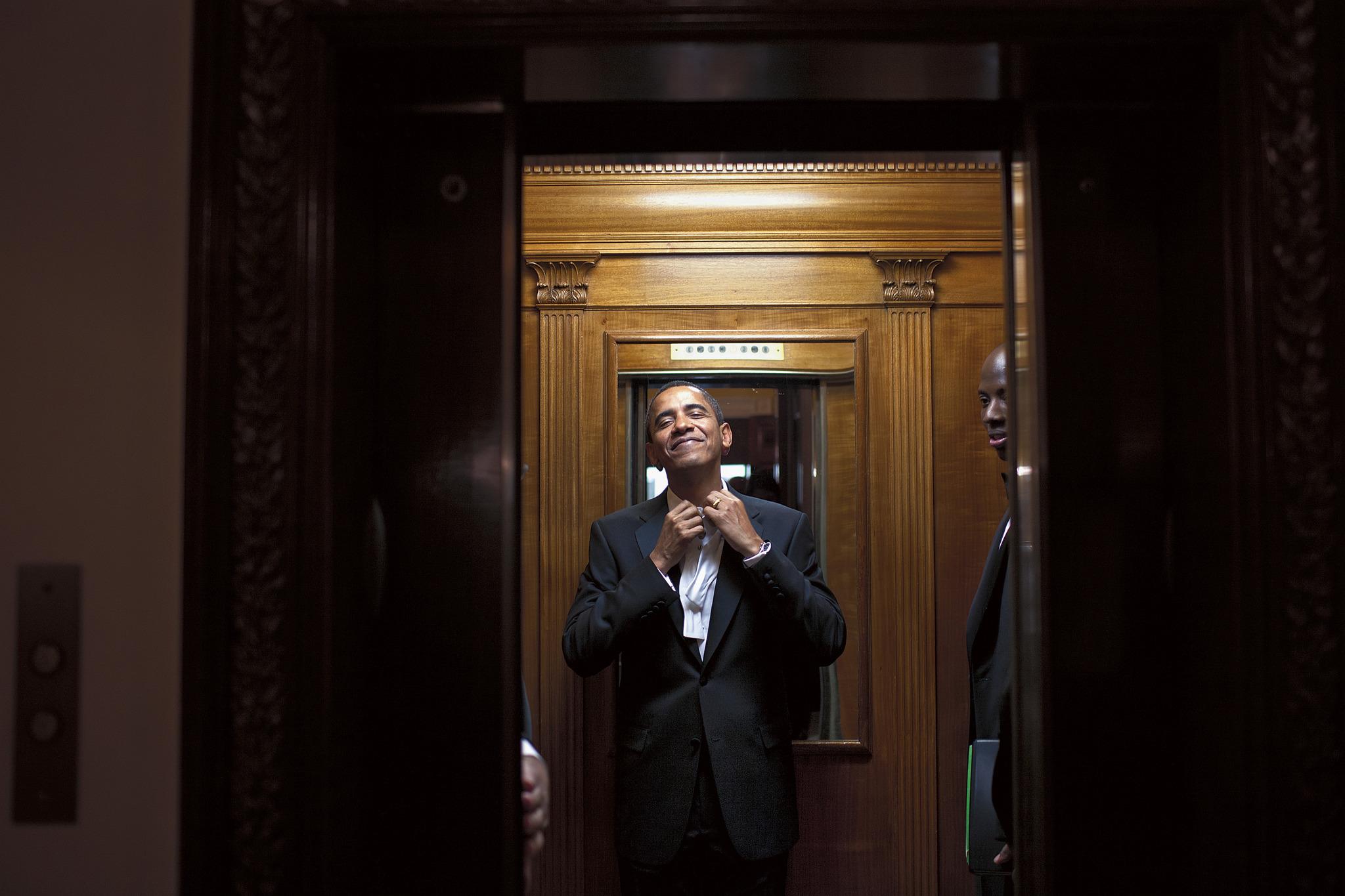 Barack Obama en el ascensor que lleva a la zona privada de la Casa...