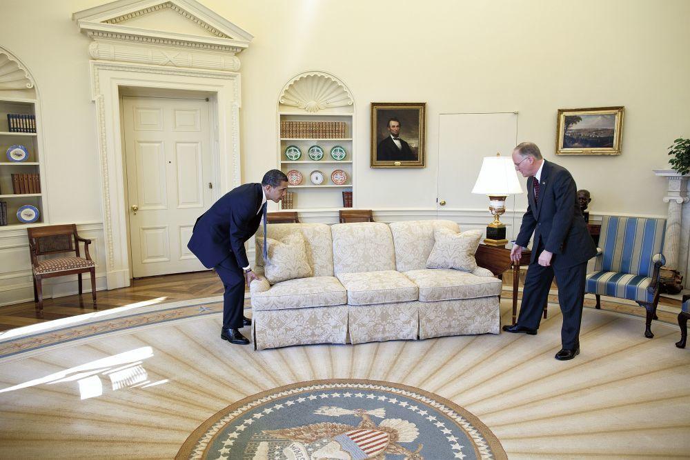 Trasladando un sofá en el despacho Oval (2009).