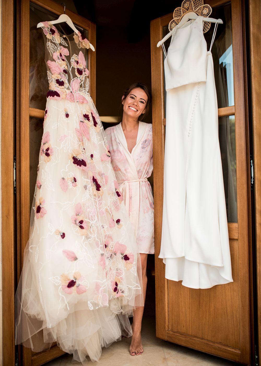 Sheila fue una novia que optó por lucir un vestido en la ceremonia y...