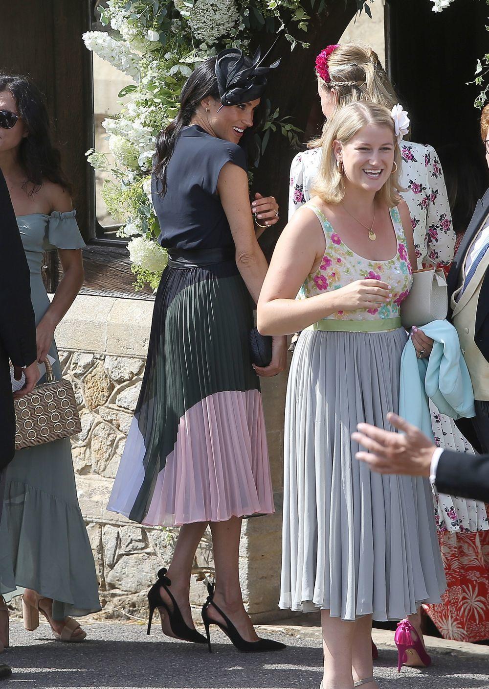 Meghan Markle ha escogido una falda plisada para su look de invitada.
