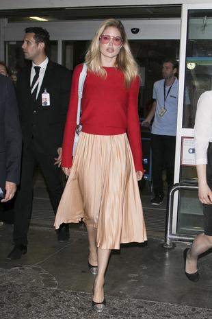La modelo opta por una cómoda falda midi y un jersey para vuelos de...