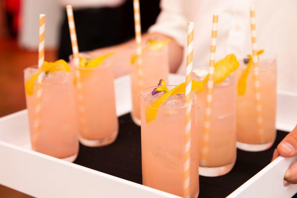Pink Lemonade con limón y fresas, la bebida del evento.