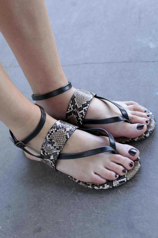 Con sandalias planas en uno de los looks de street style de la Madrid...
