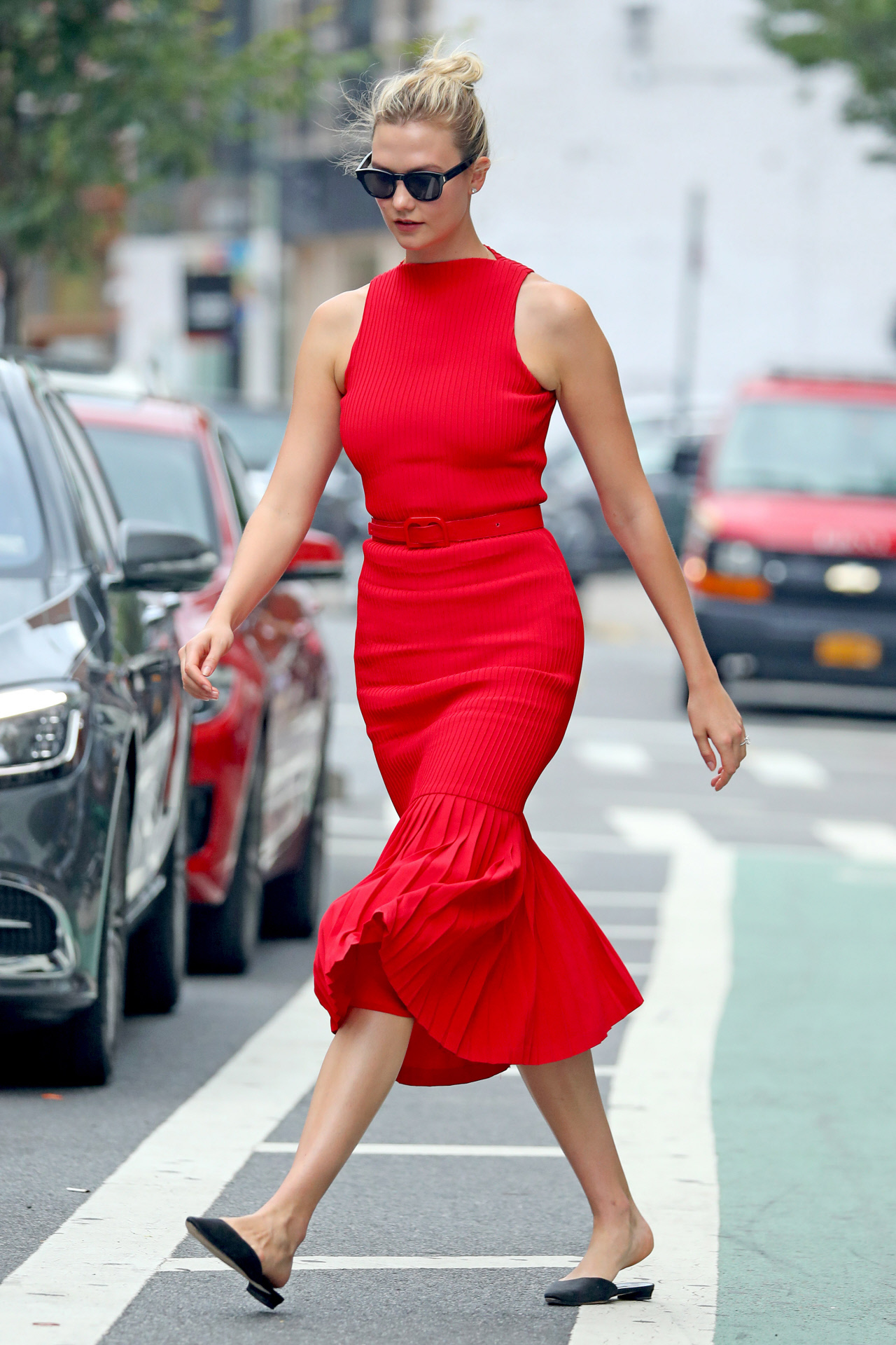 Karlie Kloss consigue un look ganador gracias a prendas básicas