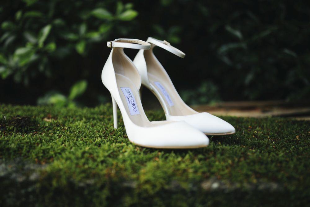 Para sus pies, la novia llevó unos salones blancos de Jimmy Choo, un...