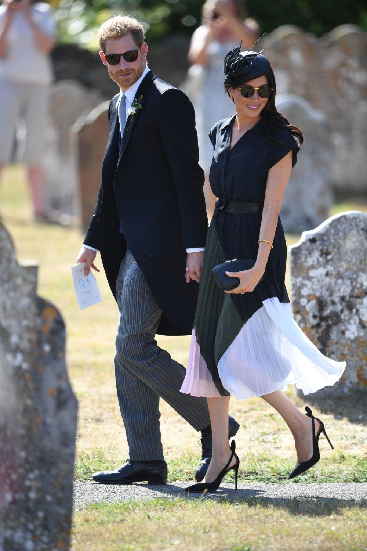 La duquesa de Sussex recurrió a un vestido de Club Monaco, con falda...