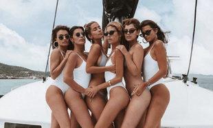 La influencer Dulceida posa en Ibiza junto con algunas de sus...