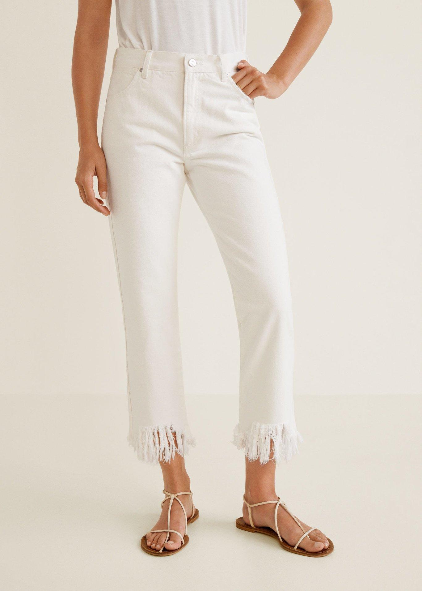 Jeans blancos con el bajo deshilachado, de Mango (29,99 euros).