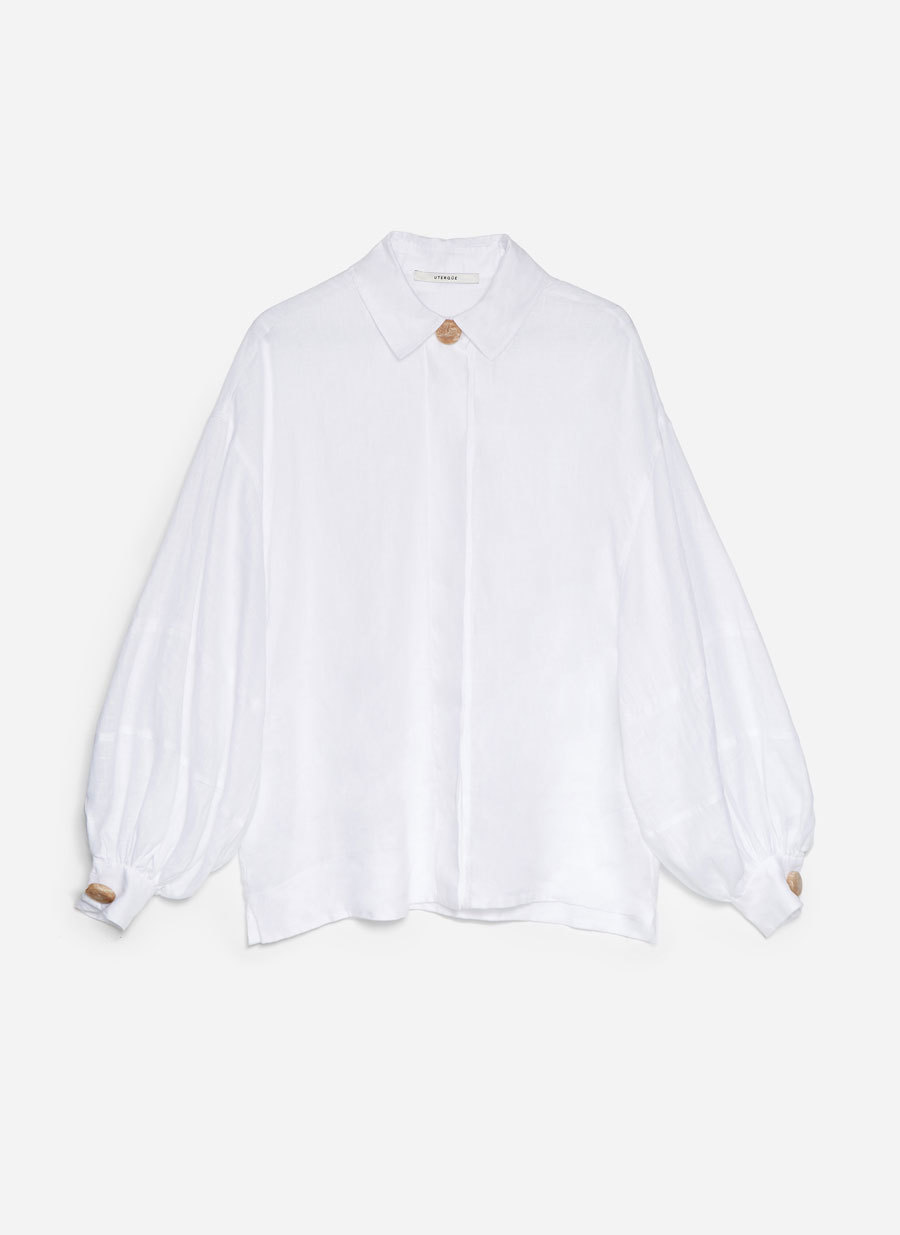 Camisa blanca con las mangas abollonadas, de Uterqüe (79 euros).