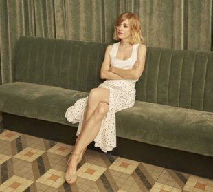 Alexandra en el ambigú de Sala Equis, lleva top de Zara y falda de...