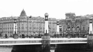 Puente del Kursaal, frente al Hotel María Cristina y el Teatro Reina...