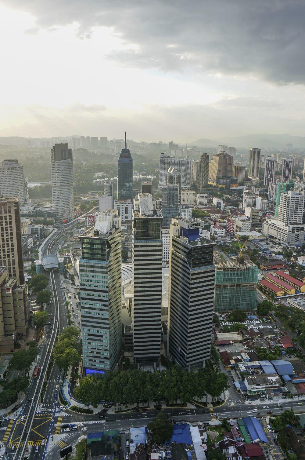 Entre los edificios de Kuala Lumpur, reservas forestales como la de...