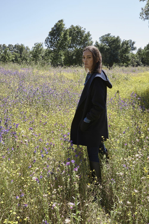 Laura Ponte lleva puesto abrigo con capucha, camisa de chambray,...