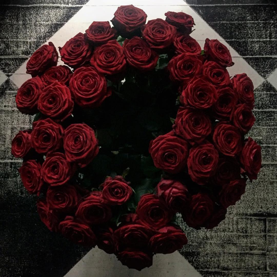 Ramo formado por 45 rosas rojas, de su amigo Carlos de Troya.