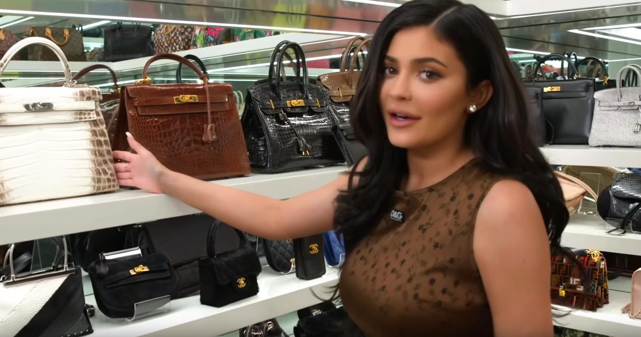 Kyle Jenner muestra su colección de bolsos.