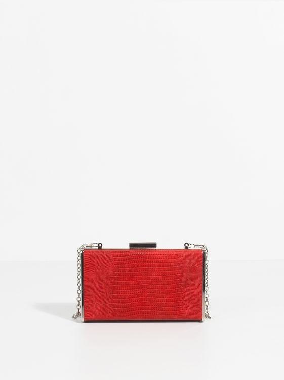 Clutch rojo, de Parfois (17, 99 euros).