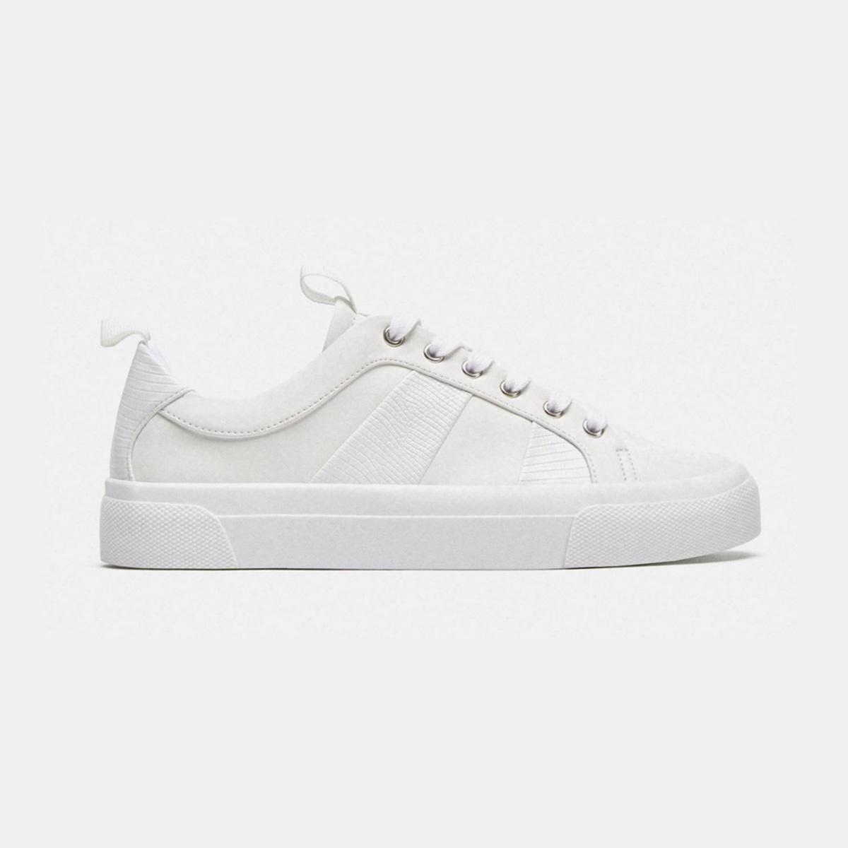 Zapatillas blancas de Zara. (Precio: 25,95 euros).