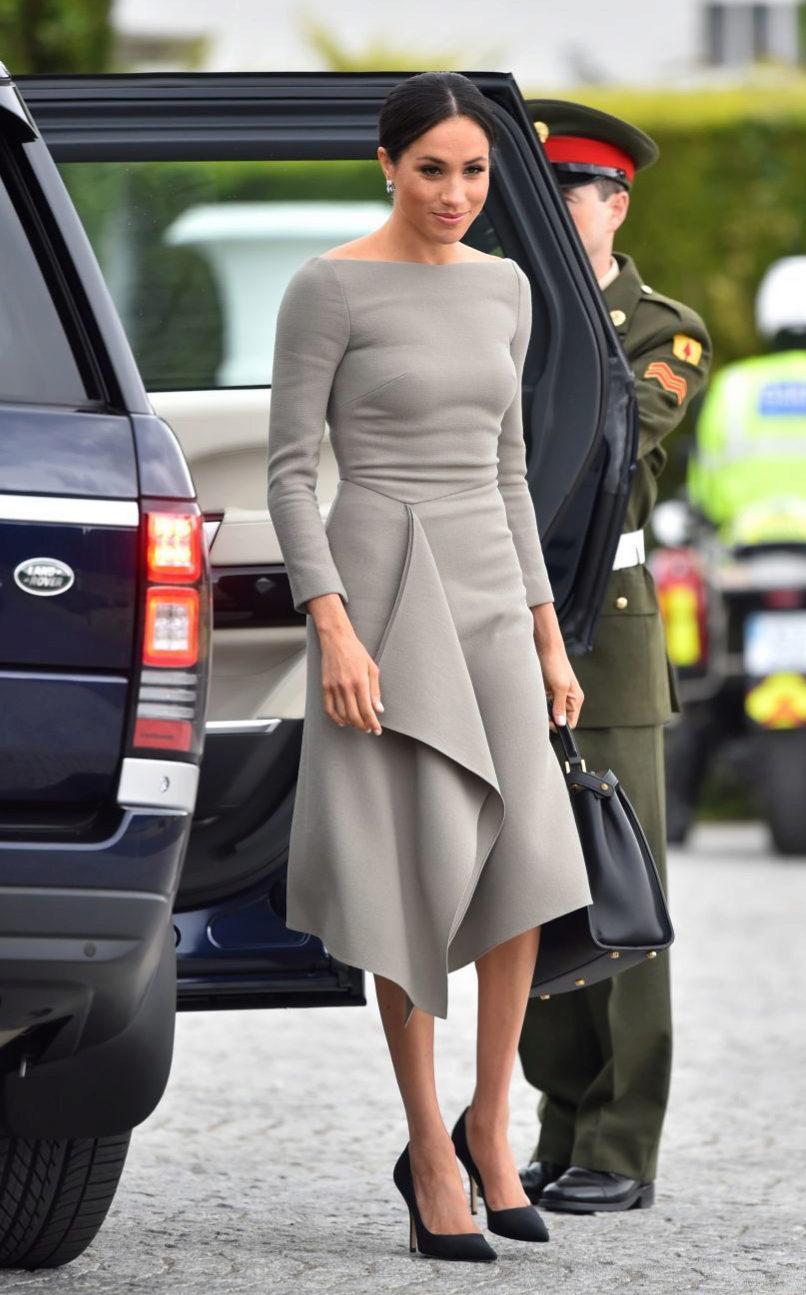 La duquesa de Sussex con un nuevo diseño de Roland Mouret.