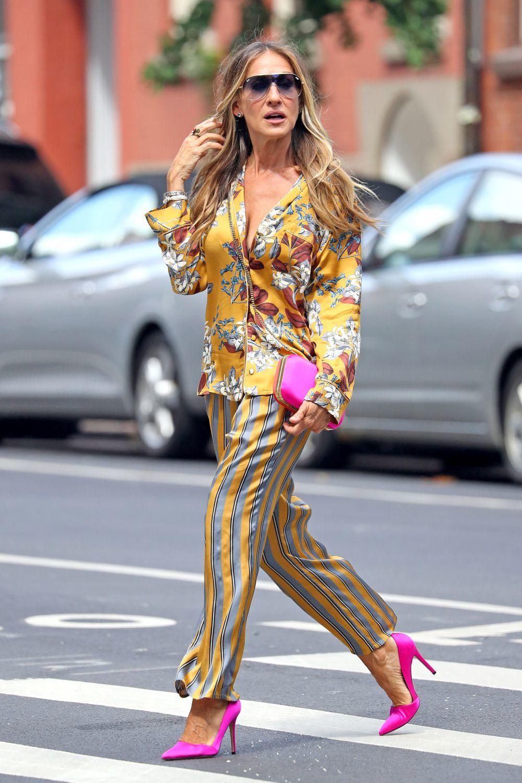 Sarrah Jessica Parker con zapatos de tacón y bolso en fucsia