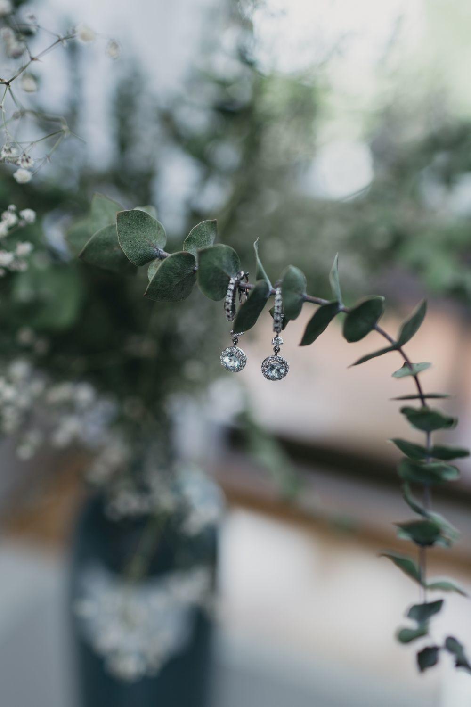 Como únicas joyas, la novia llevó su anillo de pedida y unos...
