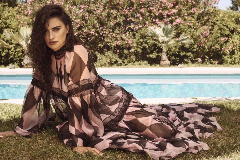 Penélope Cruz con un vestido largo de gasa y encaje rosa y negro,...