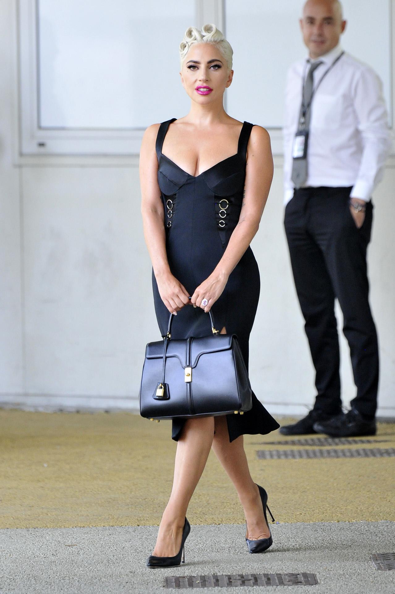 Lady Gaga en el Festival de Venecia luciendo, de nuevo, el bolso...