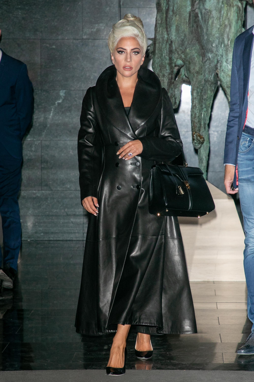Lady Gaga fue vista con el ya famoso bolso de Hedi Slimane para...