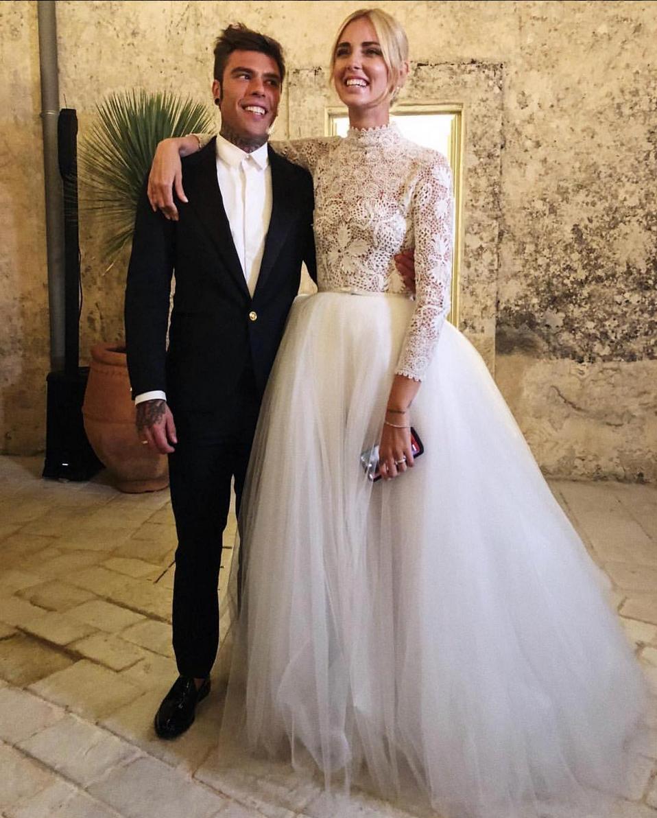 Chiara Ferragni posa al lado de Fedez tras la ceremonia, móvil en...