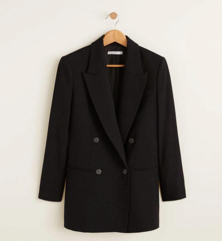 Americana de color negro, Mango (69,99 euros).