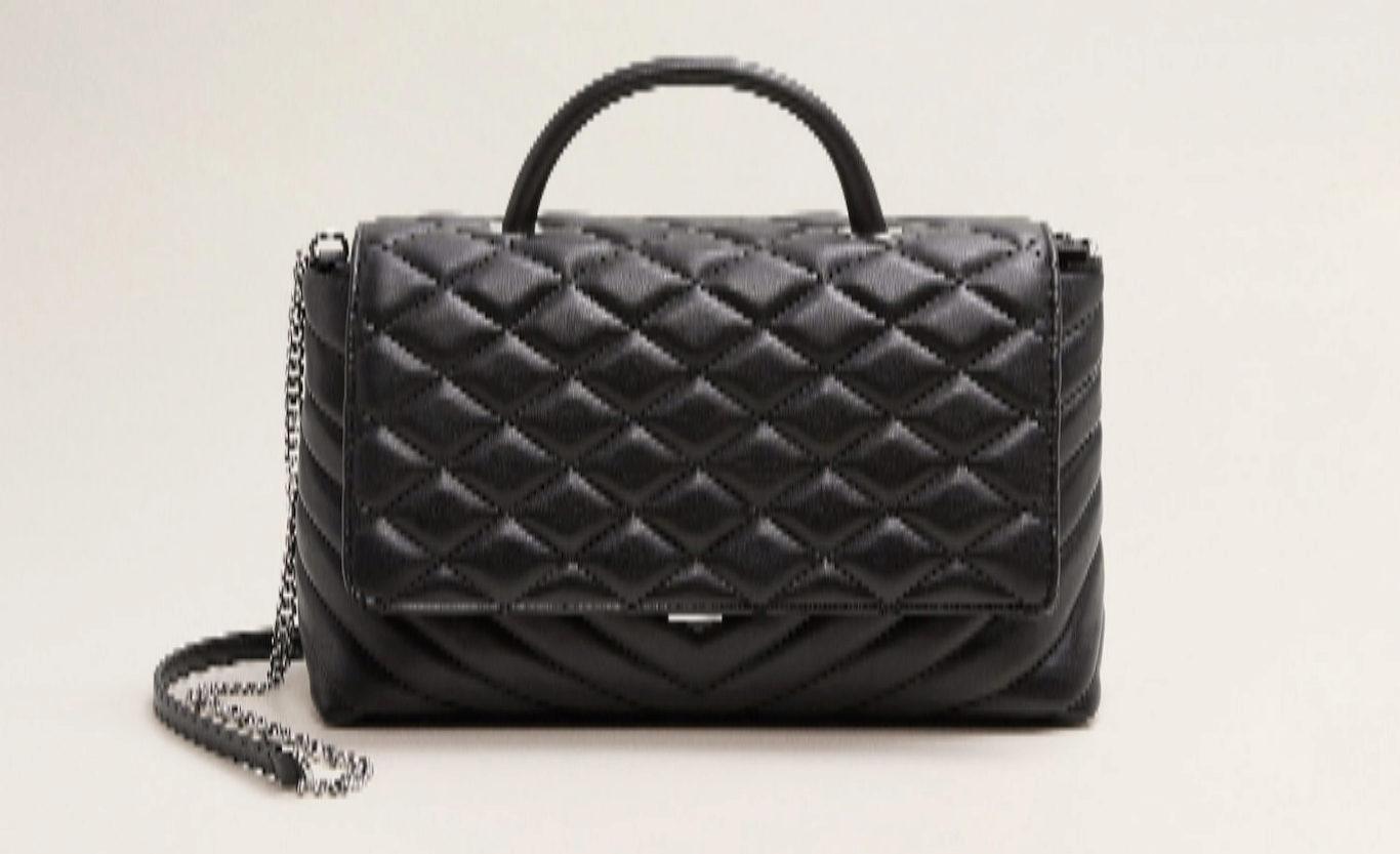 Bolso negro con cadenas en plateado, de Mango (35, 99 euros).