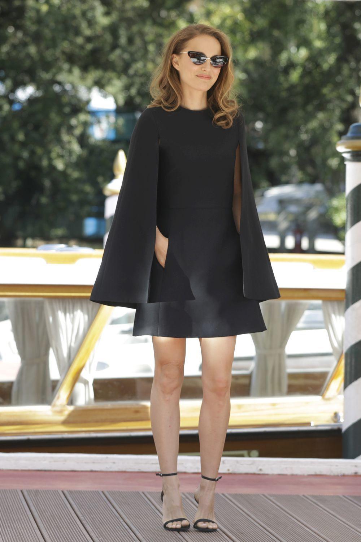 Natalie Portman con un vestido negro tipo capa.