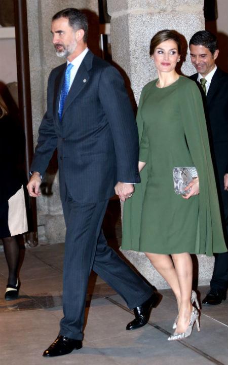Letizia con un vestido capa en verde oliva.