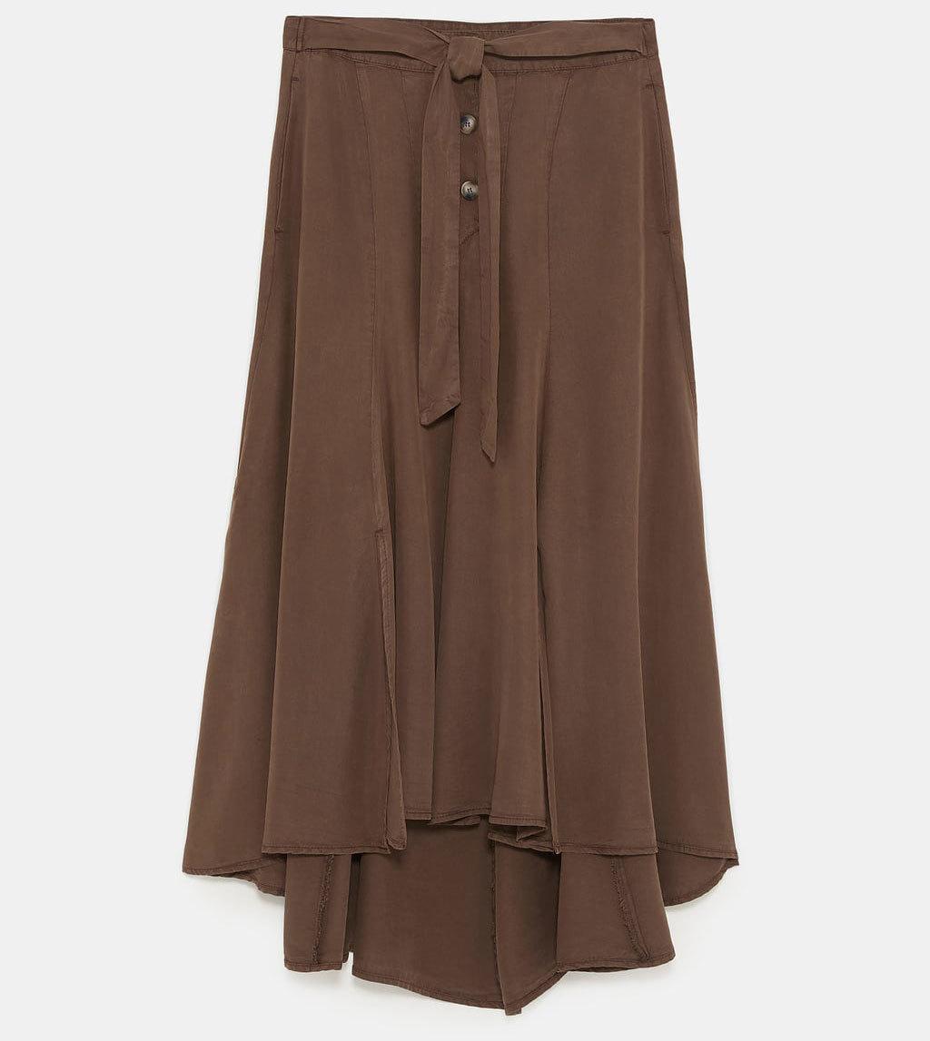 Falda midi con botones, de Zara (29,99 euros).