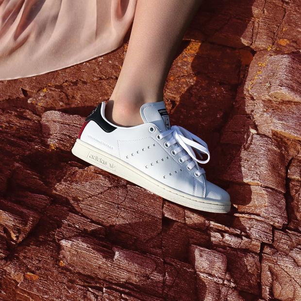 Enmarañarse Margarita moral  Stella McCartney firma las primeras deportivas veganas de Adidas (y son las Stan  Smith) | Telva.com