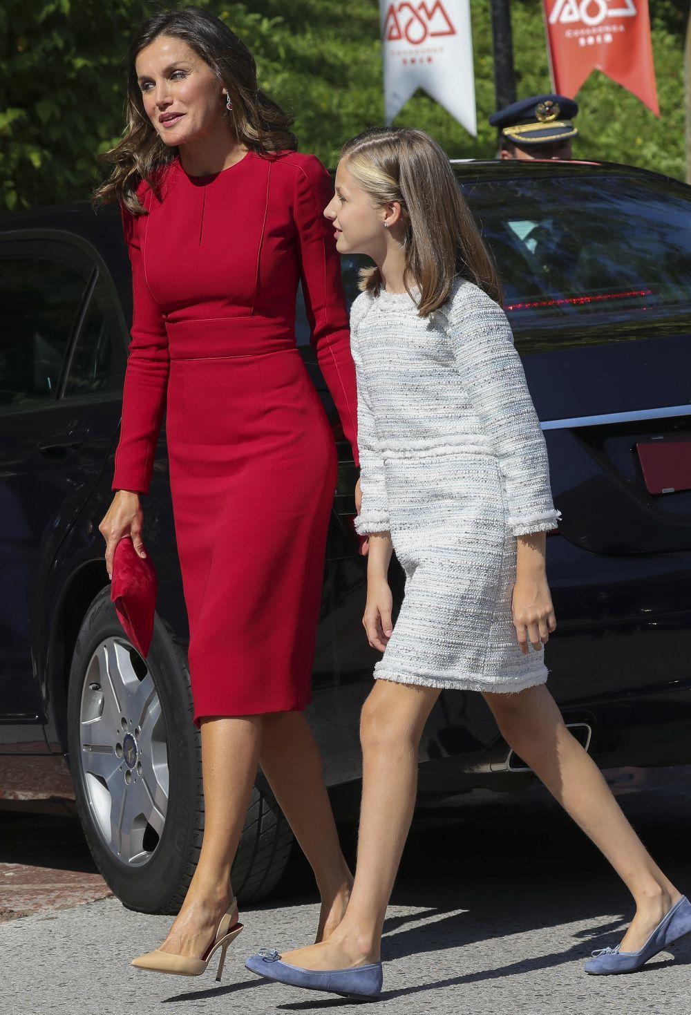 La Reina junto a la princesa Leonor.