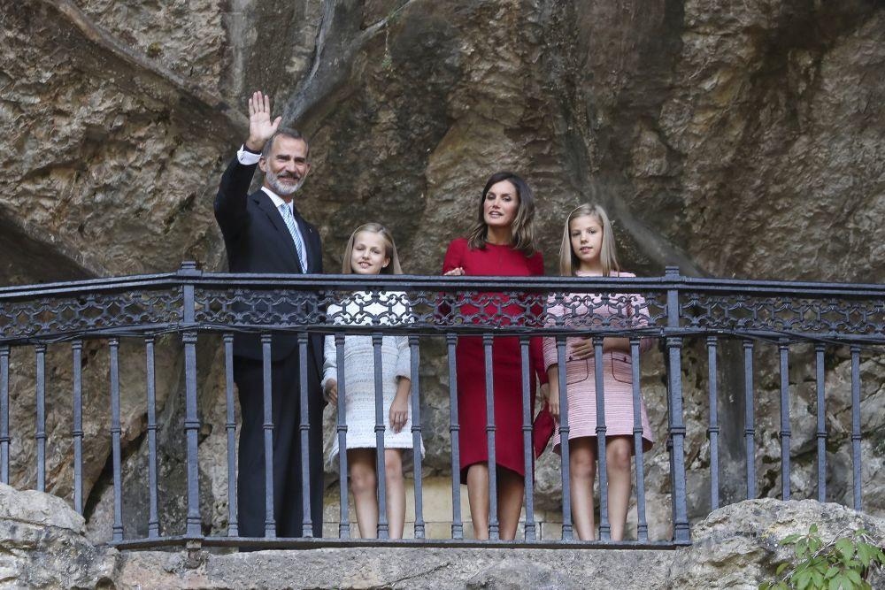 Los Reyes y sus hijas en la Cueva de Covadonga