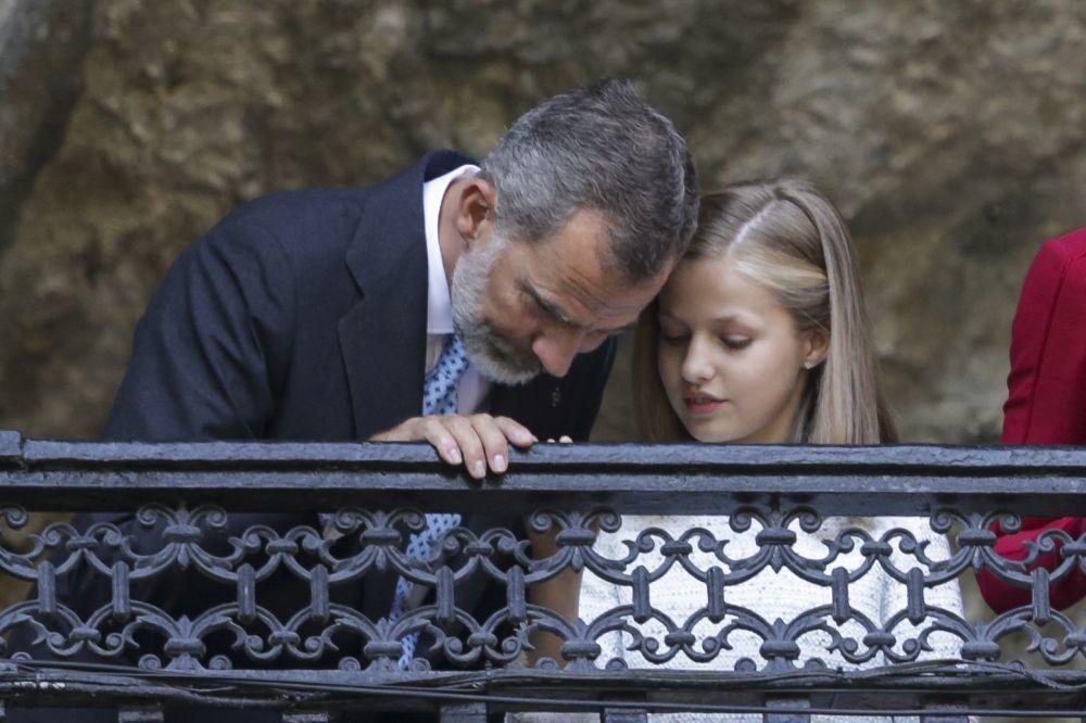 Leonor comparte confidencias con su padre.