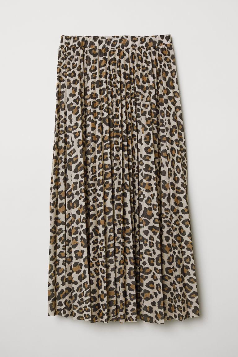 De corte midi y con estampado de leopardo, de H&M (49,99 euros).