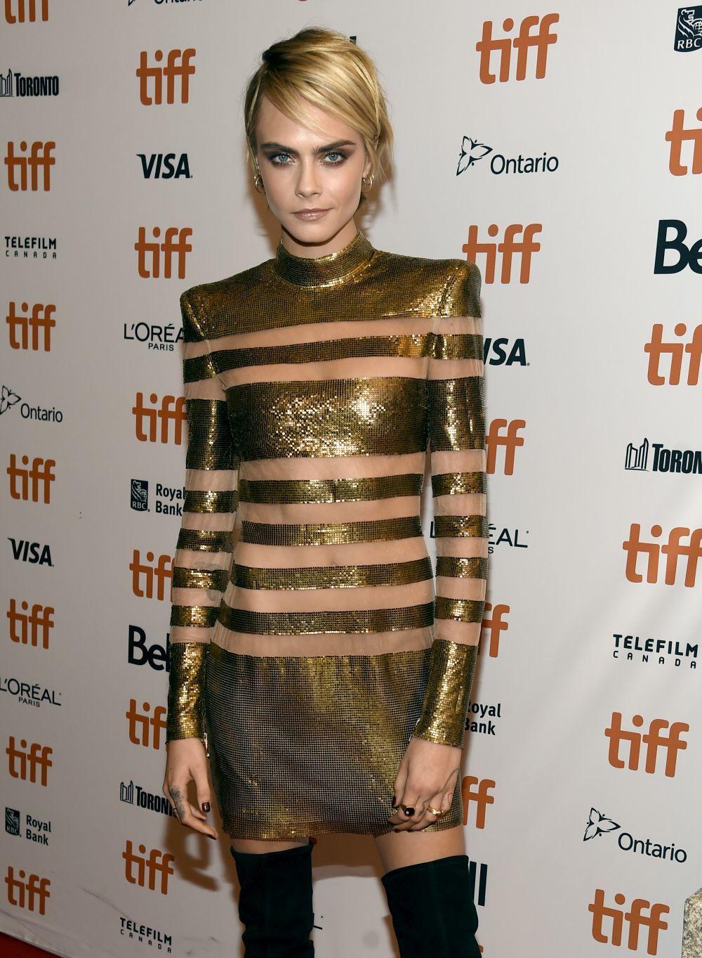 Con su vestido de rayas de Balmain, Cara Delevingne brilló en la...