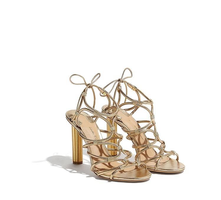 Sandalias de tiras doradas, de Ferragamo (995 euros).