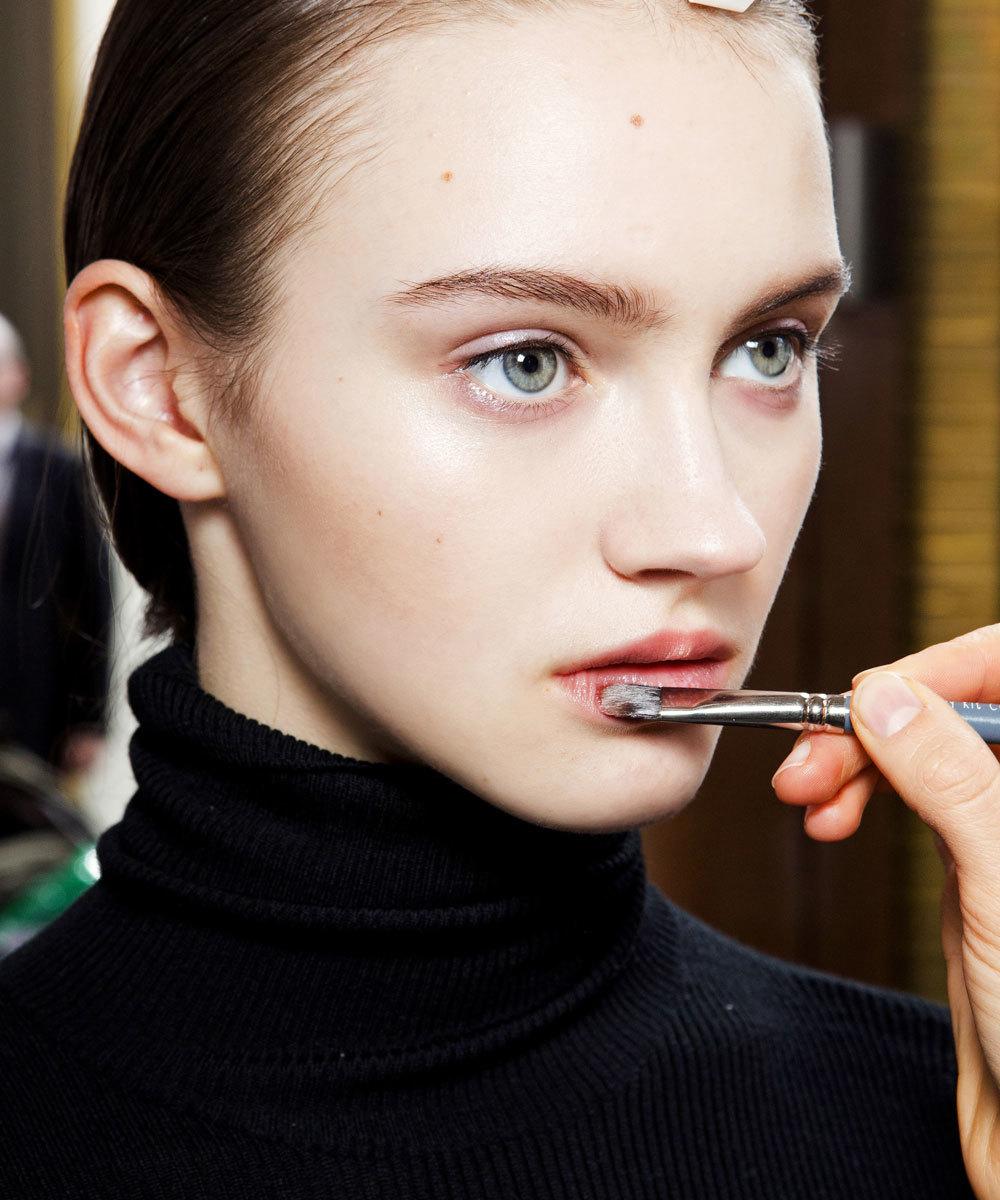 Detalle de cómo preparan y maquillan los labios del desfile de Nina...