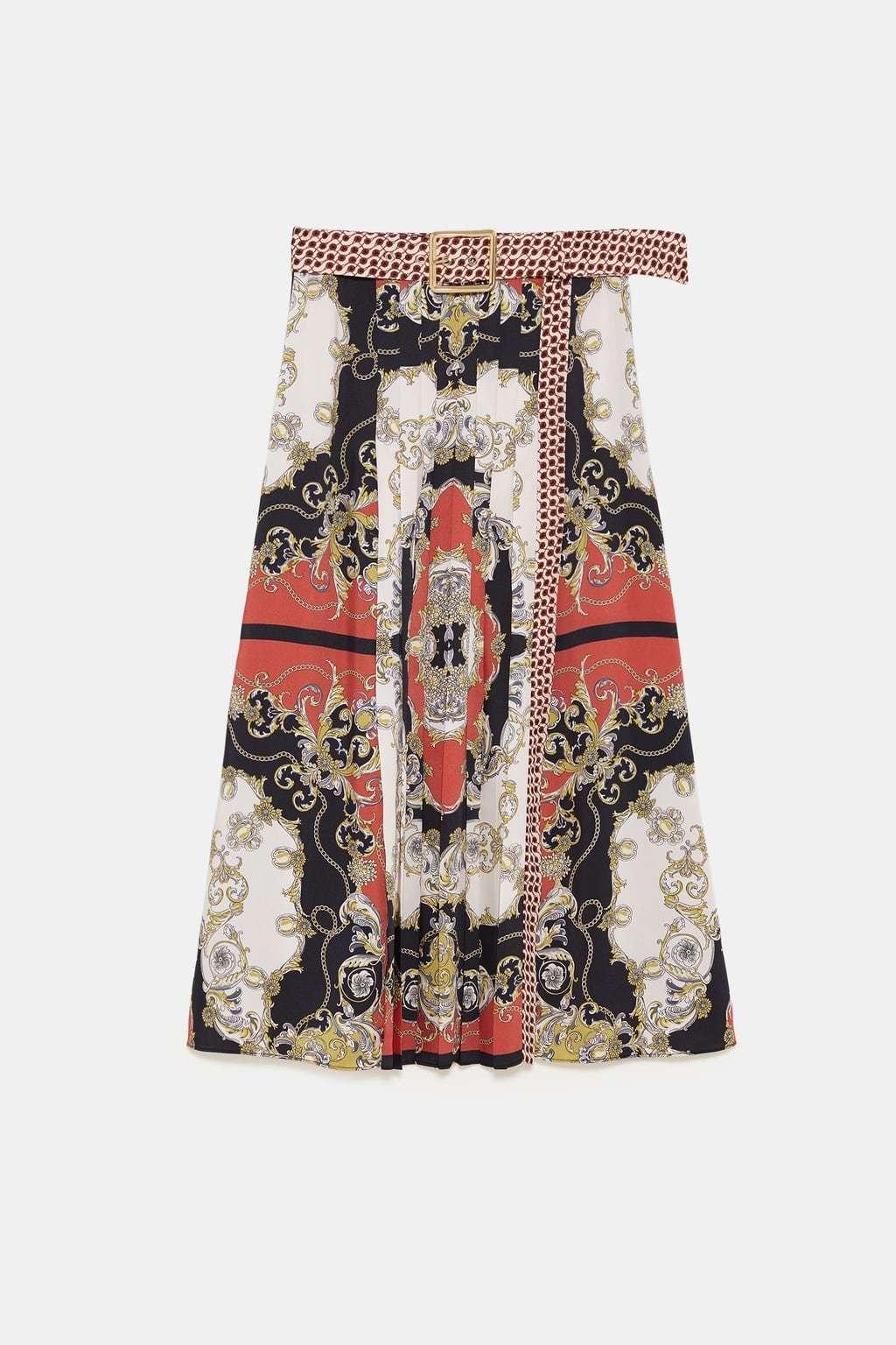 Falda plisada con estampado, de Zara (49,95 euros).
