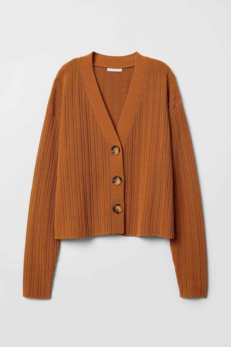 Cárdigan marrón con botones nacarados, de H&M (39,99 euros).