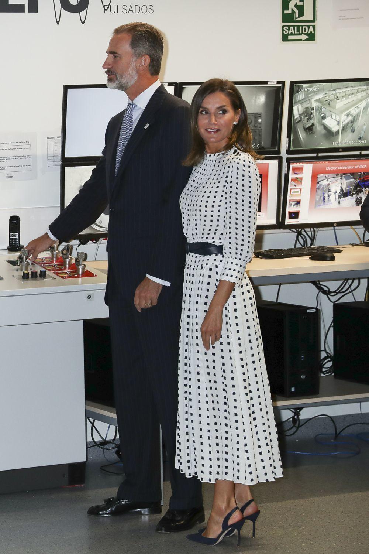 Los complementos de la Reina los firman Carolina Herrera y Chanel.