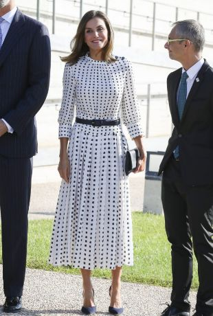 La Reina Letizia en Salamanca con un vestido de Massimo Dutti.