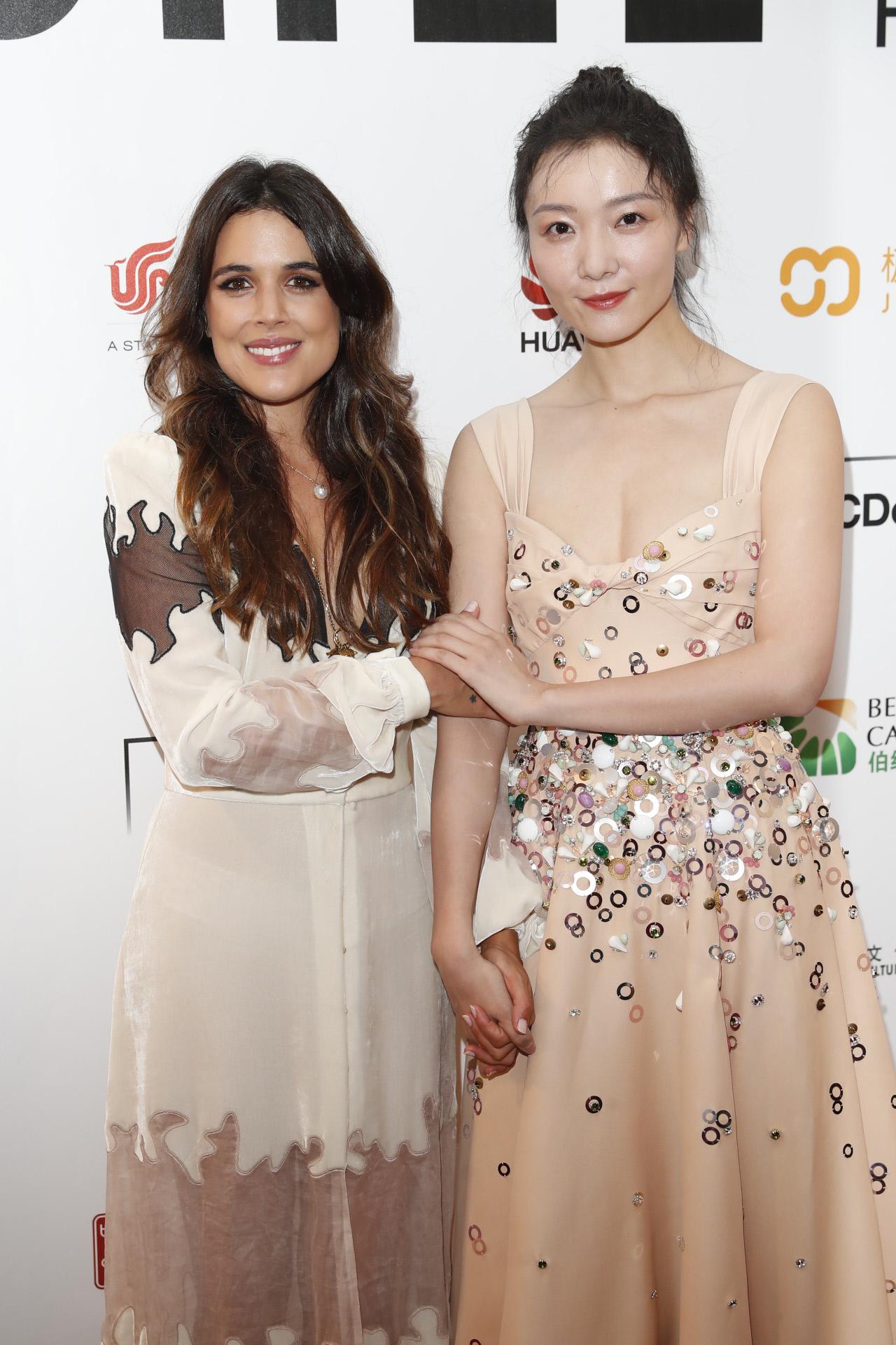 Adriana Ugarte, vestida de Teresa Helbig, con la actriz china Qi Xi.